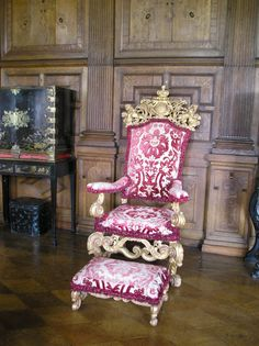 Hatfield House, a crimson and gold brocaded throne