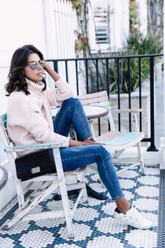 Casual fall outfit - oversized pink turtleneck sweater + skinny jeans + sneakers