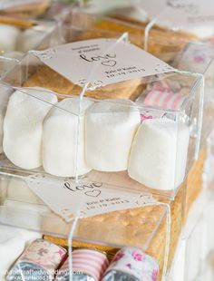 How to Make #DIY S'more Kits. Such a fun idea for #rustic #wedding #favors or summer parties! Plus download #FREE #Printable Tags!