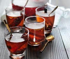 Rykande het alkoholfri äppel och vinbärsmust, kryddad med kanel, vanilj och limeblad. Perfekt efter vinterpromenaden eller som alternativ till julglögg. Låt musten stå och dra minst en timme innan servering och njut sen av den kryddiga varma drycken.