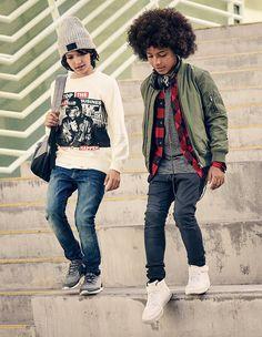 Llega una nueva colección de moda pensada para llevar a clase, con jerséis de…