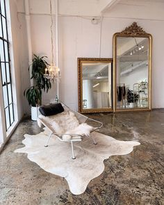 This minimal yet bohemian style loft/warehouse interior is a WHOLE vibe. The gold mirrors are perfect with the fur rug. Home Interior, Decor Interior Design, Interior And Exterior, Interior Decorating, Design Living Room, Living Room Decor, Bedroom Decor, Wall Decor, Vintage Industrial Decor