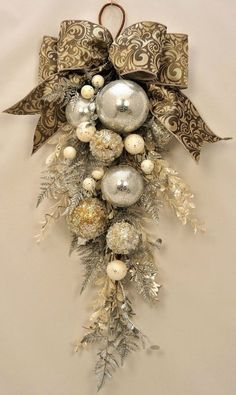 Check Out 21 Classy Christmas Decorations Ideas To Get Inspired. Get inspired by these Christmas decorating ideas to transform your home into a holiday haven. Rose Gold Christmas Decorations, Elegant Christmas Decor, Christmas Swags, Diy Christmas Ornaments, Holiday Wreaths, Simple Christmas, Modern Christmas, Country Christmas, Christmas Decorating Ideas