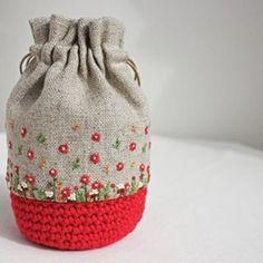 . 赤の毛糸は、個性が強すぎて使い道に困っていましたが、なんとかカタチになって良かったです . . #刺繍#手刺繍#ステッチ#手芸#embroidery#handembroidery#stitching#자수#broderie#bordado#вишивка#stickerei#花の刺繍#巾着#かぎ編み