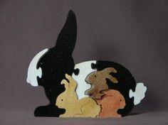 Dies detaillierte wunderschön Holz Puzzle-Funktionen einen schwarzen und weißen Hasen mit 3 kleinen Babys. Die große Hase misst 7 Zoll breit, 6 1/4 Zoll groß und ist 3/4 Zoll dick. Liefern wird, wird natürlich und schwarz wie das letzte Foto sein.   Puzzles sind freistehend mit oder ohne Psychiaterverpackung.  Ungiftiges fertig zu stellen.  Ich habe Hunderte von Designs. Convo mich, wenn Sie nicht sehen, was du suchst.