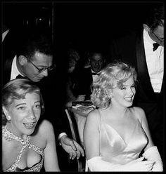"""13 Juin 1957 / (Part II) Marilyn et MILLER se rendent à la Première du film """"The Prince and the showgirl"""" au """"Radio City Music Hall"""" de New York ; comme toujours lorsqu'elle apparaît en public, Marilyn est éblouissante. Arthur MILLER, lui, à davantage de mal à dissimuler ses soucis : harcelé depuis plusieurs années par la Commission des activités antiaméricaines, qui l'accuse de communisme, il vient de comparaître une nouvelle fois devant le Congrès, à Washington. Dans la presse du…"""