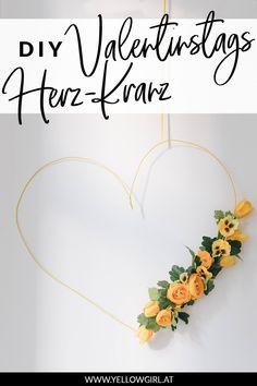 Blumen machen mich glücklich. Ich bekomme von meinem Freund regelmäßig Blumen zur Datenight, zu jeglichen üblichen Anlässen wie Valentinstag und auch mal zwischendurch. Und da ich im Moment so verliebt in Blumenmotive bin, habe ich beschlossen mein Wohnzimmer für den kommenden Valentinstag damit zu schmücken. Als erstes zieht ein großer minimalistischer DIY Valentinstags-Herzkranz mit Stoffblumen in mein Wohnzimmer ein. Valentines Day Hearts, Valentines Diy, Heart Wreath, Valentine's Day Diy, Floral Motif, Fabric Flowers, Diys, Moment, German