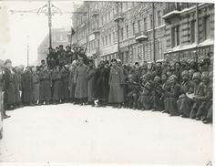 Soldados de la guarnición de Petrogrado, que tomaron el lado de la revolución, 1917, Petrogrado.  La revolución de febrero.  La mayor parte de la guarnición estaba formada por soldados de batallones de reserva de los regimientos de la Guardia y otras piezas de repuesto.  El estrato proletario en las unidades era mucho más alto que en el ejército en general.  La transferencia de tropas al lado de los trabajadores insurgentes determinó el éxito de la insurrección de febrero.  En marzo, las…
