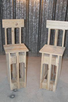 La toute première série de chaises de bar créée par l'équipe de L&M Design. Insolites et originales, elle sont intégralement fabriquées à partir de bois de palettes recyclées.