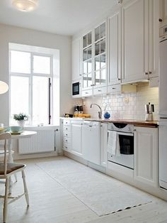The black kitchens, just as white gives off a natural elegance hardly comparable with other tones. It is true that, often, many resist the white kitch. White Kitchen Furniture, Home Decor Kitchen, New Kitchen, Interior Design Living Room, Kitchen White, Black Kitchens, Home Kitchens, Küchen Design, Apartment Kitchen