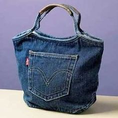 denim bag -- interesting use of side seams for handles denim projects Riciclo Jeans: come fare borsettina riciclando i jeans - Tutorial Jean Crafts, Denim Crafts, Mochila Jeans, Diy Sac, Sacs Diy, Jean Purses, Diy Bags Purses, Denim Purse, Denim Ideas
