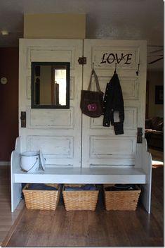 2 portes ... 1 entrée avec miroir, portemanteaux et banc