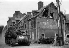 Un canon automoteur américain M7 à Carentan, en juin 1944