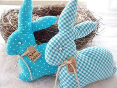 2 süße Häschen suchen ein neues Zuhause........... Diese 2 Häschen sind aus 2 verschiedenen Baumwollstoffen in türkis/weiß genäht und mit Polyesterwatte gefüllt. Sie sind ca. 13 x 12 cm groß und... Baby Crafts, Felt Crafts, Easter Crafts, Fabric Crafts, Diy And Crafts, Spring Projects, Spring Crafts, Diy Craft Projects, Easter Pillows
