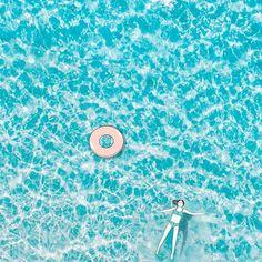 𝗤𝘂𝗶 𝗮𝗿𝗿𝗶𝘃𝗲 𝗮̀ 𝗳𝗹𝗼𝘁𝘁𝗲𝗿 𝗽𝗮𝗿𝗳𝗮𝗶𝘁𝗲𝗺𝗲𝗻𝘁 𝘀𝘂𝗿 𝗹'𝗲𝗮𝘂, 𝘀𝗮𝗻𝘀 𝗽𝗹𝗮𝗻𝗰𝗵𝗲 ? 🤘  BOOBOX™  🎁 Yˢoͧuͬrᵖsͬeͥlˢfͤ. boobox.co Roman, Floating In Water, Literary Genre, Bookstores