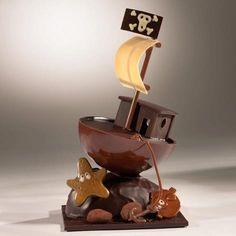 A l'abordage ! Bateau Pirate en chocolat garni de fritures fourrées praliné. #Pâques www.chocolats-bellanger.com