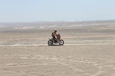 Moto #158: Carlo Vellutino (Perú) en las dunas de Ica/Perú.