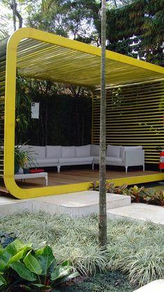 Love the garden wall inter mixed with the slated wooden panels Paisagista Alex Hanazaki | Brazil