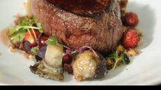 Receta | Lomo de ciervo con frutos rojos y secos, hojas, setas y salsa de Oporto