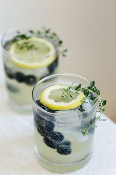 Limoncello prosecco with blueberries and thyme. The perfect summer cocktail. - DIY decoration - Limoncello prosecco with blueberries and thyme. The perfect summer cocktail. Prosecco Cocktails, Cocktail Drinks, Alcoholic Drinks, Italian Cocktails, Beverages, Sparkling Drinks, Cocktail Ideas, Limoncello Drinks, Vodka Martini
