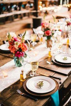クラシカルな装いに、ターコイズのナフキンや華やかなお花を合わせて。かしこまりすぎないスタイルが今風ですね。中央に置いたテーブルランナーも、すぐに取り入れられるおもてなしアイテム!