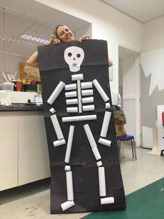 Esqueleto com rolinhos de papel Diy Halloween, Theme Halloween, Halloween Graveyard, Halloween Crafts For Kids, Halloween Activities, Spirit Halloween, Activities For Kids, Human Body Activities, Kids Crafts