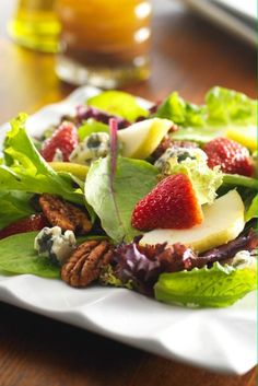 Holiday Salad Recipe: Baby blue salad with fresh pears and sweet and spicy pecans