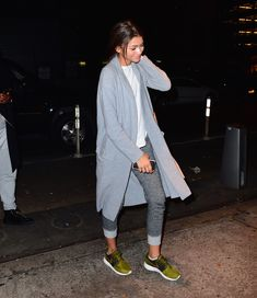 Dressed down: Zendaya wore rolled up sweatpants and trainers, along with a T-shirt under a long coat Zendaya Outfits, Chic Outfits, Fashion Outfits, Fashion Ideas, Zendaya Street Style, Disney Channel, Teen Girl Fashion, Outfit Look, Zendaya Coleman