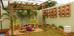 Use of cushions and mattresses with pallet furniture makes it more comfortable and stylish. Outdoor pallet patio furniture is also best for your outdoor picnic Vertical Pallet Garden, Pallet Patio, Pallets Garden, Backyard Patio, Backyard Landscaping, Outdoor Pallet, Pallet Planters, Pergola Garden, Pergola Kits