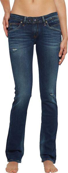 VICKY von Hilfiger Denim zaubert eine schöne Silhouette durch die enge Passform, dem ausgestellten Bein und die tiefe Leibhöhe. Durch die dunkle Used-Look-Waschung und den mittelgroßen Rissen wird der Jeans eine coole Note verliehen. 98,5% Baumwolle, 1,5% Elastan...