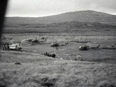 28 de mayo. Estribaciones del Monte Kent. Embarque del Equipo de Combate Solári (RI 12) para reforzar la guarnición asediada en Pradera del Ganso. Se observan seis UH-1H del CAE y el Chinook de Fuerza Aérea. Se aprecia también la sombra y restos del Chinook del CAE destruido en ataque aéreo dias antes