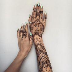 Tatouage des mains et de l'avant-bras au henné