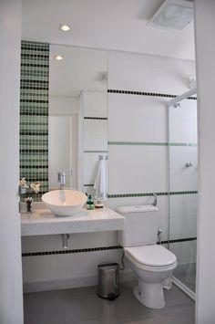 As faixas de pastilhas causam um efeito visual delicado e diferenciado. Banheiro assinado por L2 Arquitetura.  #decoração #banheiro #pastilhas