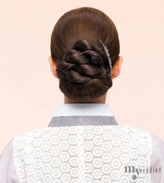 TRADITIONAL BEAUTY Korean Traditional, Traditional Outfits, Low Bun Tutorials, Hair Upstyles, Korean Hanbok, Special Occasion Hairstyles, Korean Wedding, Korea Fashion, Up Styles