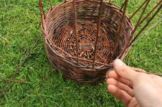 DIY: wicker basket tutorial, step by step with lots of photos #crafts