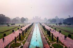 #mytajmemory Taj Mahal omges av en rödfärgad mur och flertalet moskéer och gravar för Shah Jahans andra fruar (favoriten fick Taj). Bilden är tagen på komplexets huvudingång som ligger mitt emot Taj  #indiaphotos #tajmahal #darwaza #agra by marhermansson #IncredibleIndia #tajmahal