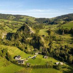9 niezwykłych miejscówek w Gorcach i Pieninach Polish Mountains, Poland, Travel Inspiration, Golf Courses, Tourism, Places To Visit, Turismo, Travel, Traveling