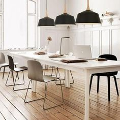 The Muuto table and chair @ katoprojecten. Table And Chairs, Side Chairs, Dining Table, Table Lamp, Dining Room, Kitchen Ceiling Lights, Kitchen Pendant Lighting, Ceiling Lighting, Pendant Lamp