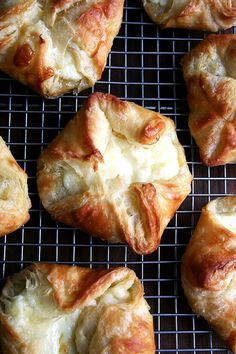 These flaky, buttery ricotta cheese danishes can be made using a shortcut trick for the danish pastry dough: a food processor (Nigella approved! Queso Ricotta, Pan Relleno, Cheese Danish, Danishes, A Food, Veggie Food, Food Processor Recipes, Breakfast Pastries, Danish Pastries