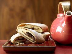 Vollkorn-Topfenstrudel - mit Pflaumenmus - smarter - Kalorien: 396 Kcal - Zeit: 50 Min. | eatsmarter.de Eat Smarter, Food Inspiration, Tea Pots, Stuffed Mushrooms, Banana, Sweets, Dinner, Fruit, Vegetables