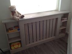 Ombouw radiator met leuke vakken voor in een kinderkamer.