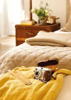 camara-retro-sobre-plaid-mostaza-en-dormitorio 00336294. Haz una foto del antes y después