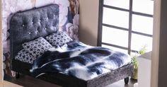 Askartele nukkekotiin sänky ja pehmustettu sängynpääty. Lisäksi minikokoiseen sänkyyn tarvitaan petivaatteet. Unelmien Talo&Kodin ohjeilla onnistut varmasti. Dollhouse Furniture, Ikea, Crafts For Kids, Lounge, Couch, Diy, Dollhouses, Home Decor, Dolls