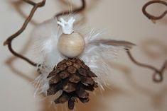 Margots jul: Engleprinsesse av kongle Homemade Christmas Tree, Christmas Signs, Christmas Tree Ornaments, Christmas Fun, Easy Crafts For Kids, Easy Diy Crafts, Diy Craft Projects, Diy Angels, Preschool Christmas Crafts