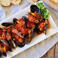 Mussels in a Spicy Tomato Sauce – Mussels Marinara Recipe This recipe for Mussels in a Spicy Tomato Sauce is loaded with flavor and super easy to make. Watch our video recipe to easily put this dish together. Mussels Recipe Tomato, Mussels Marinara, Spicy Tomato Sauce, Spicy Recipes, Seafood Recipes, Italian Recipes, Cooking Recipes, Yummy Recipes, Gourmet