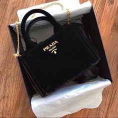 Find tips and tricks, amazing ideas for Prada handbags. Discover and try out new things about Prada handbags site Cheap Purses, Cheap Handbags, Cute Purses, Prada Handbags, Prada Bag, Purses And Handbags, Cheap Bags, Leather Handbags, Big Purses