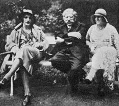 How the Germans invented Gay Rights  Magnus Hirschfeld and two cross-dressers, outside the Institute for Sexual Science.