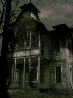 Cool old house Creepy Houses, Spooky House, Haunted Houses, Old Abandoned Houses, Abandoned Buildings, Abandoned Warehouse, Home And Garden, Cabin, Architecture