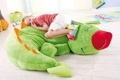 Puff infantil Dragón Fridolín. Fridolín se enrosca muy cómodamente en el suelo y le gusta que los niños cabalguen sobre su mimoso lomo.