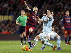 El centrocampista del FC Barcelona Andrés Iniesta (i) pelea un balón con el centrocampista chileno del Celta de Vigo.